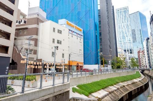 現在の並木橋から渋谷駅方面を望んだところ。上の写真とほぼ同じアングルだ。渋谷川沿いの高架がなくなり明るくなった。右奥に見えるのがと渋谷スクランブルスクエア東棟(写真右端の高層ビル)と渋谷ストリーム(東棟の左隣)