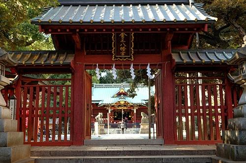 金王八幡宮。手前の門も奥に見える社殿も江戸時代のもの。特に社殿は江戸時代初期の建築様式をとどめているそうな