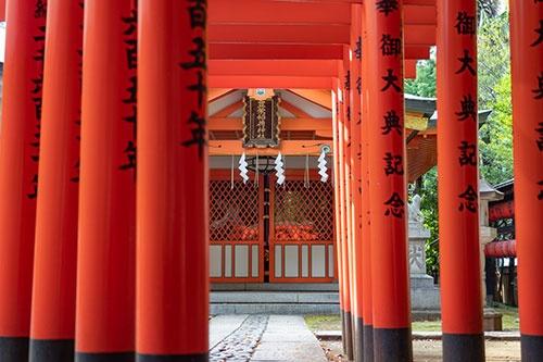 豊栄稲荷神社。渋谷川の稲荷橋脇にあった田中稲荷神社と豊澤稲荷神社が合祀(ごうし)されて1961年に創建された。昭和の時代のことだ