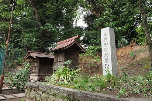 元の社殿があった場所には「本殿御敷地旧跡」の碑が立っている