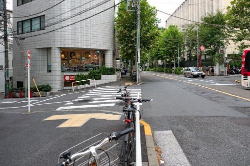 渋谷2丁目交差点を渡ってすぐの辺り。道が左手に下っていることが分かる。黒鍬谷の名残だ。右手に見えるのは青山学院大学の敷地