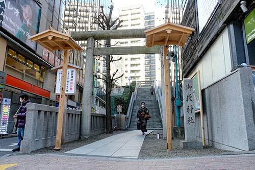宮益御嶽神社はビルに隣接しており、鳥居奥の階段を上った上に社殿がある