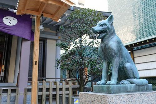 社殿前にはニホンオオカミのブロンズ像が鎮座する。