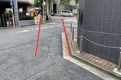 古道が八幡通りに合流する地点。一見、直角に曲がってから八幡通りの坂道に合流しているように見える。しかし、道路の右側の角が斜めにカットされているところをみると、元の道は赤線で示したように、斜めに八幡通りに合流していたと推測できる