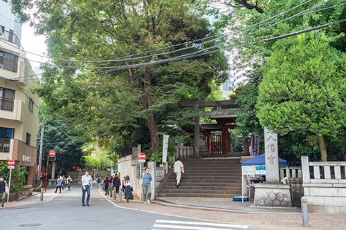 金王八幡宮。少し低くなっている参道から階段を上って境内に入る
