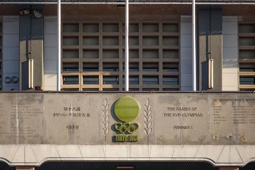 正面玄関の外壁にあつらえられた1964年東京オリンピックの金メダル獲得者の名が彫られた銘板