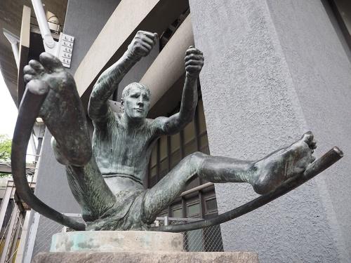 御者像。第11回オリンピックベルリン大会の芸術競技の彫刻・彫像の部で金メダルを受賞したファルビ・ビニョーリ(イタリア)の作品。当時のオリンピックにはスポーツ競技とは別に「芸術競技」もあったのだ