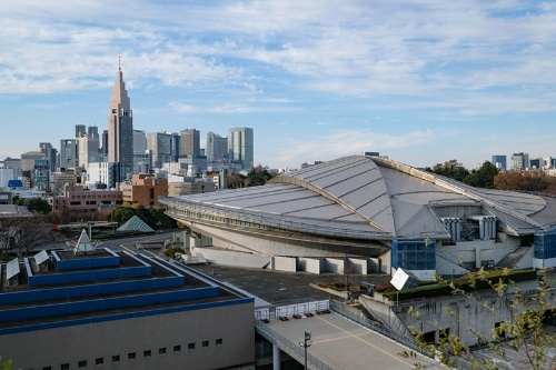 新しい国立競技場も5階の空の杜へ上れば、東京体育館や新宿の高層ビル群を一望できる