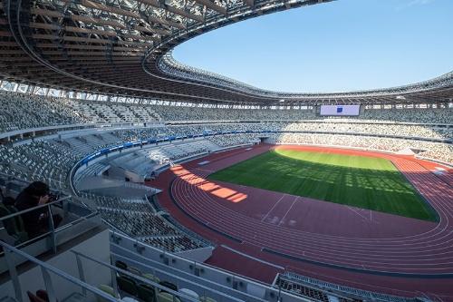 新しい国立競技場の第3層の観客席から見た風景。屋根付きのため、競技場周辺の景色は見えないが、開口部が大きいため、それなりの開放感はある