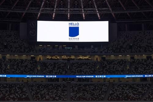 競技場内に表示された「HELLO,OUR STADIUM」。「こんにちは、わたしたちの競技場」という感じかと思う