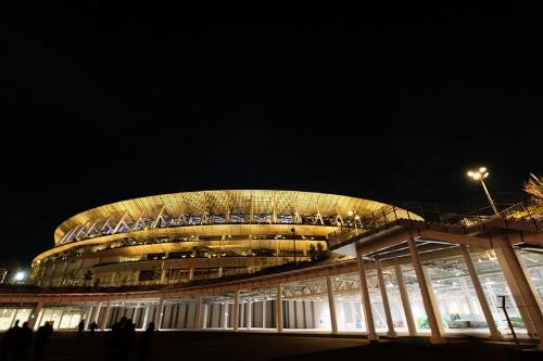 夜の国立競技場を地上から。柱に支えられているのが、外苑門前の人工地盤(空中デッキ)だ