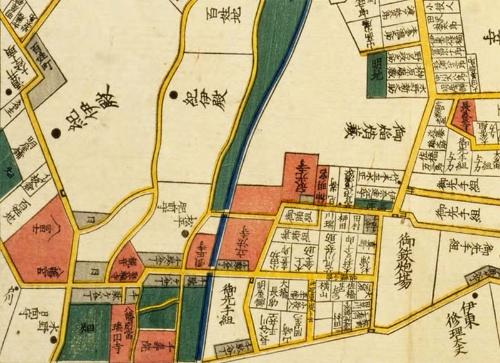 嘉永年間(1848~1854年)の江戸切り絵図。渋谷川(図の真ん中の濃紺の筋)の脇に3つの寺院と1つの神社がある