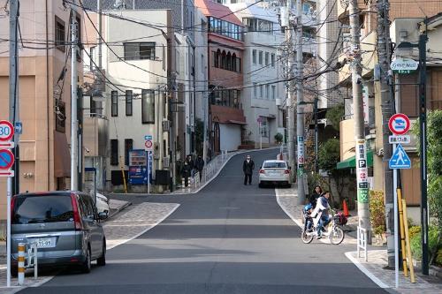 観音橋交差点から観音坂を望む。真っすぐな道が明治期の新道。途中、左手に分かれている道が観音坂だ。せっかくなので旧坂を上りたい
