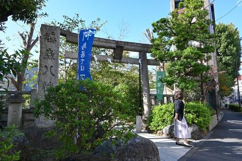 鳩森八幡神社の正面鳥居。観音坂を上るとここに出る