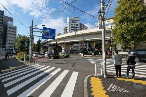 千駄ヶ谷大通り商店街は首都高速道路と明治通りと交差する巨大な交差点で終わるが、道はこの先も続いている。真っすぐ進めば代々木駅だ