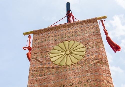 錦の御旗。戊辰戦争の際、官軍は菊の紋をあしらった錦旗を押し立てて、関東に向かった(写真:Hassyoudo / PIXTA)