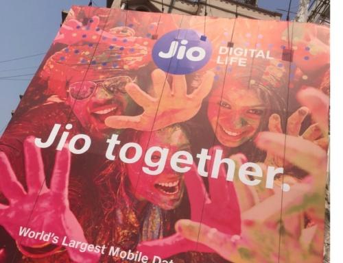 地方都市にも大々的に広告を出し、ユーザー獲得を積極的に進めるReliance Jio(リライアンス・ジオ、写真はインド南部のVisakhapatnam)
