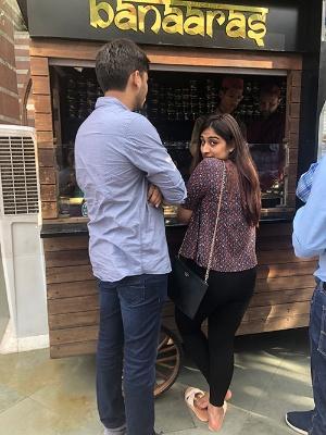 デート中のインド人カップル。