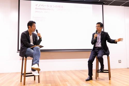 2019年11月7日、パナソニック コネクティッドソリューションズ(CNS)社の樋口泰行社長(右)と早稲田大学ビジネススクールの入山章栄教授の対談イベントを開催した(写真:北山宏一、以下同)