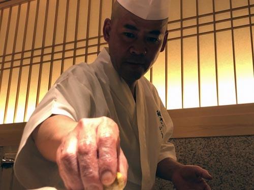 研鑽を怠らず、常に進化し続けるさいとうの鮨。この気迫の表情をご覧ください。そりゃ美味しいわけです。