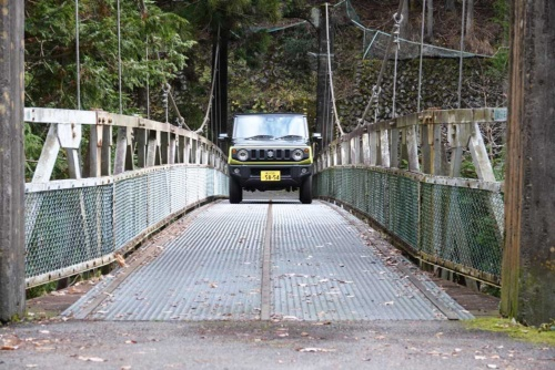 この吊り橋、まだ余裕がありますが、車内からだと車幅ギリギリに見えます。軽ならこんな場所も怖くありません