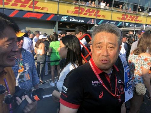 山本部長はすぐ泣く。表彰式直後の写真。