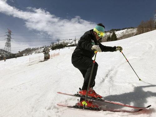 トップスラローマーに直接ご指導いただけるという幸福。皆川選手は公益財団法人 全日本スキー連盟の常務理事という要職も務めておられます。