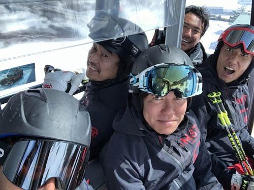 ヘルメットを被りましょう。頭部の保護は何よりも大切です。ヨーロッパのスキー場の多くは、ヘルメットの着用が義務付けられています。