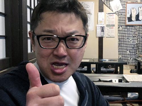 """痛風にクロレラはダメ!と志小田同志。彼は神楽坂界隈で気の利いた<a href=""""https://d-finger.com/?page_id=264"""" target=""""_blank"""">居酒屋</a>を何軒も経営している飲食のプロです。HPに出ている爽やかな青年の写真は20年くらい前のものでしょうか。まるで別人じゃないですか。お見合い写真詐欺と一緒です(笑)。"""