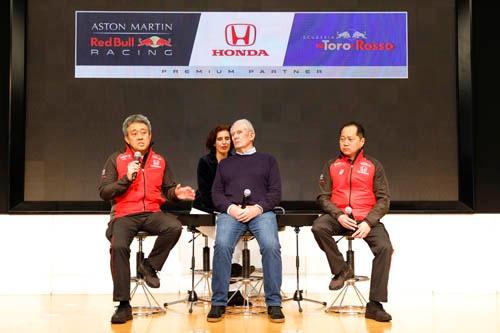 3月9日の「2019 Honda F1 Kick Off 記者会見」にて。左から山本雅史モータースポーツ部部長(当時) 、ヘルムート・マルコ レッドブルモータースポーツアドバイザー、 田辺豊治ホンダF1テクニカルディレクター。山本さんは4月からホンダF1マネージングディレクターに就任された。