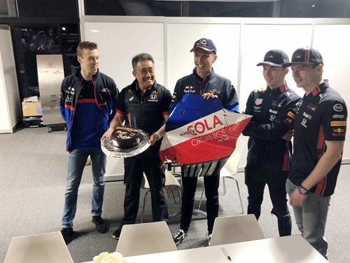 メルボルンのレース期間中に誕生日を迎えた山本さん。4人のF1パイロットから祝福されました。