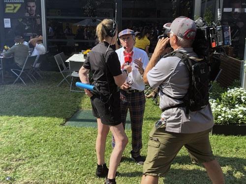 F1の会場には本当にすごい人が普通に歩いています。この方をご存じの方は相当のF1通。