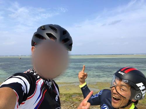 スタート直後の笑顔の写真。この後、スーパー向かい風の中を恩納村まで走って無事に死にました。