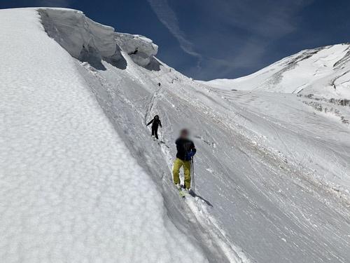 場所によってはこのように雪庇が張り出しています。恐る恐るトラバースして、ちょっとした冒険気分。いや、楽しゅうございました。