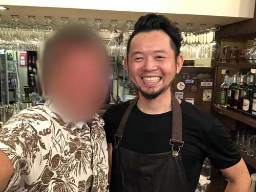 """オーナーシェフの加藤大介氏と。超人気店です。予約しないと""""絶対""""に入れません(この日もフルブッキングでした)。沖縄に行く予定があれば、事前に予約しておきましょう。"""