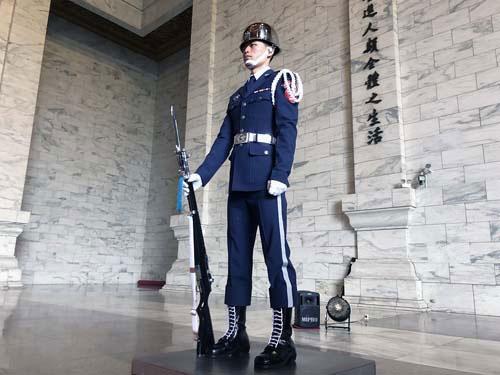 こちらは中正紀念堂で蒋介石の像を護衛する衛兵さん。勤務中は決してまばたきをしないと聞いていたのですが、普通にまばたきしておられました。
