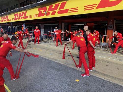 ドライバーだけでなく、ピットクルーもレース前に入念な準備運動。これもモータースポーツがスポーツであるという証左。