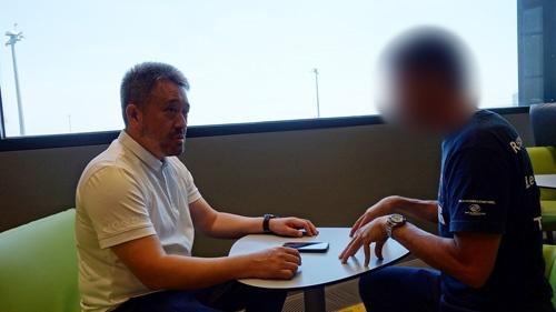 インタビューは出発直前のウィーン空港ラウンジで行われた。