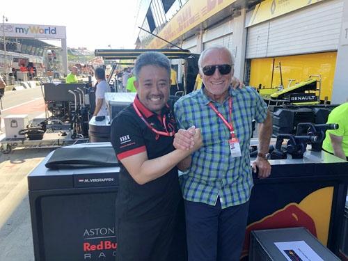 レッドブルの創業者マテシッツ氏(右)と山本さん。マテシッツ氏はマスコミ嫌いで、このように写真に写ることは珍しい。