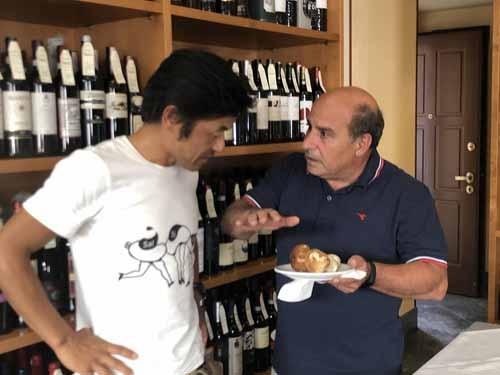 ブラっと立ち寄ったエノテカでスプマンテを飲んでいたら、店の親父さんが「近くの山でポルチーニを採ってきたんだけど食べるかい?」と。