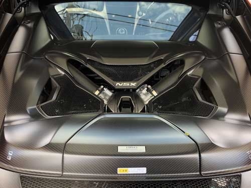 運転席のすぐ後ろに置かれるパワーユニット。3.5リットルV6ツインターボエンジン単体で507馬力。そこに48馬力相当のダイレクトドライブモーターを、9段DCTに内蔵している。