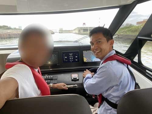 オカザキヨットの岡崎浩資朗社長。高校、大学とヨット部に所属した根っからのシーマンです。ゆっくり沖を巡りながら、船の話をたくさん伺いました。