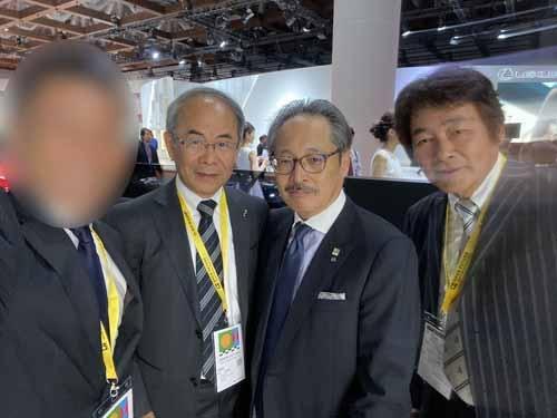 私の左からロードスター貴島孝雄さん、藤原大明神、MZ Racingの三浦正人社長と。マツダもついに電気自動車(EV)を展示する時代になりました。
