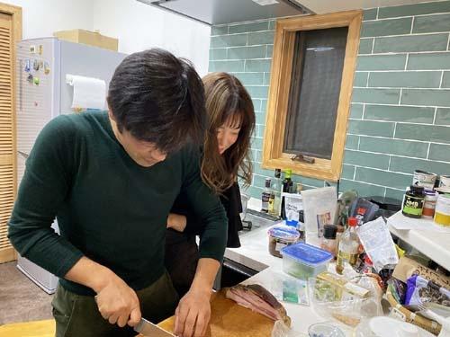 シメのパスタは今回もオリンピアンの宮澤崇史氏が作ってくれました。日本でいう「粉落とし」並みの硬さだったのですが、「イタリアの田舎に行くともっと硬いのだってある」と。とまれ、手際の良さと味付けは玄人はだしであります。