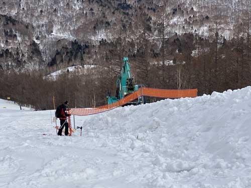 ダウンヒルコースの中盤。重機を上げて、コース脇に雪の山を作っていました。雪が溶けてきたら、これを少しずつ崩してコースに広げていくのです。こうして少しでも長く営業できるよう準備をしているんですな。