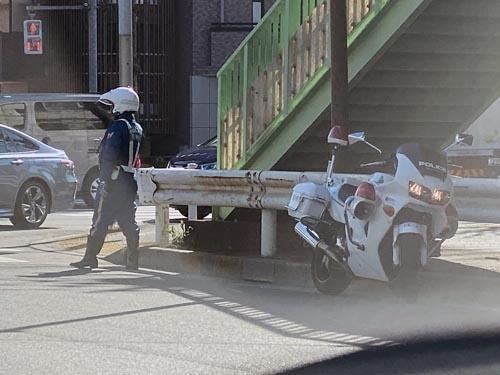 こちらの白バイさんも、同じように右にハンドルを切って止めています。こんどは白バイ車両の組み立て工場に行ってみましょうか。あれはバイクのメーカーがそのまま組み立てているのか。それとも別の特装メーカーが素の車両を買ってきて組んでいるのか。