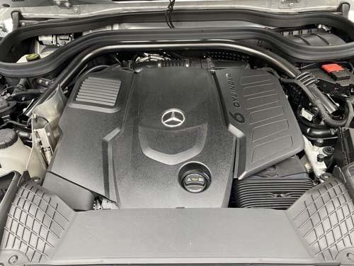 カバーで見えませんが、これがメルセデス最新の直列6気筒ディーゼルエンジンである。