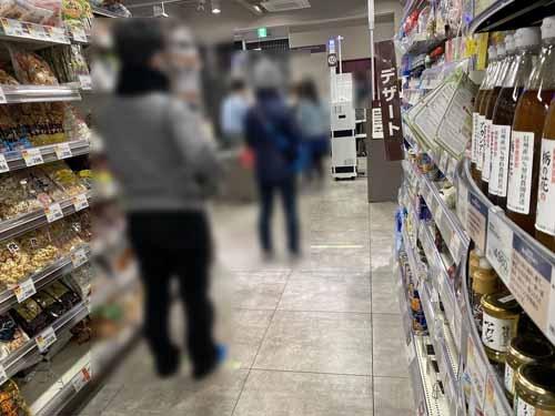 近所のスーパーはパニックになることもなく、通常通り営業しています。レジの前の床にはテープが貼られ、このようにソーシャルディスタンスが維持されている。