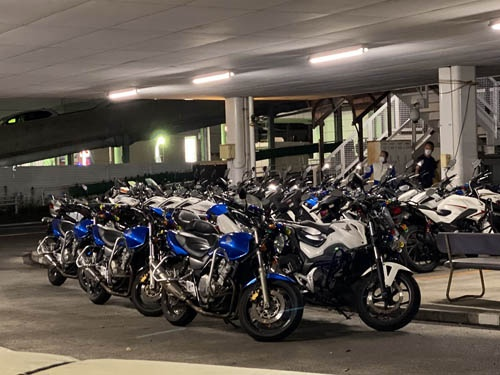最後の枠を取ると、バイクを軒下に戻すよう指示を受けます。早く街で乗りたいです。