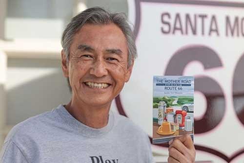 """500ページものロードムービーを物したSumito Sam Okamoto氏。『<span class=""""textColRed""""><a href="""" https://www.amazon.co.jp/dp/194535206X/"""" target=""""_blank"""">THE MOTHER ROAD / ROUTE 66</a></span>』"""